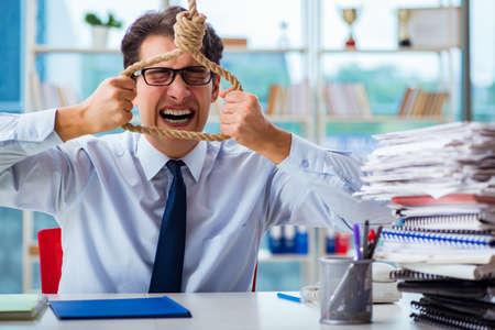 オフィスで自分自身をぶら下げのことを考えて不幸なサラリーマン 写真素材