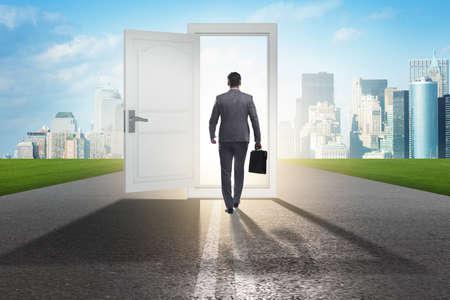 Biznesmen przed drzwiami w koncepcji możliwości biznesowych