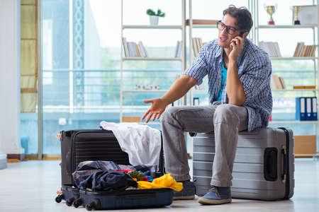 若い男の休暇旅行のための準備