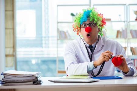 Kardiolog dziecięcy ze stetoskopem i czerwonym sercem Zdjęcie Seryjne