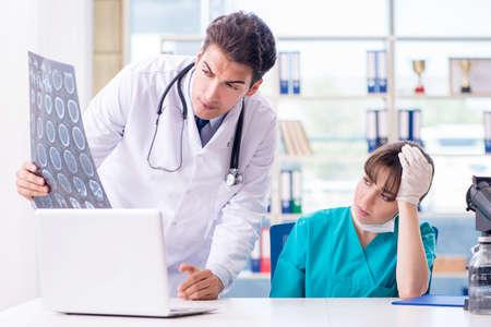 Dos médicos hablando de imagen de rayos x MRI en el hospital Foto de archivo