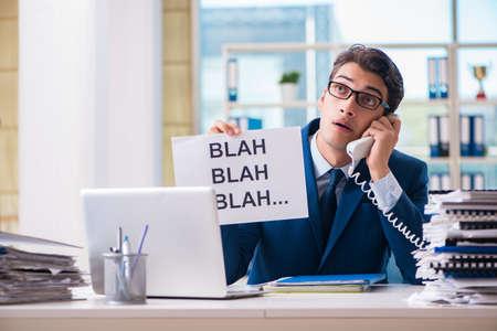 Biznesmen z wiadomością w biurze przy biurku