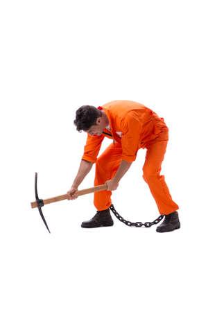 Prigioniero con ascia isolato su sfondo bianco