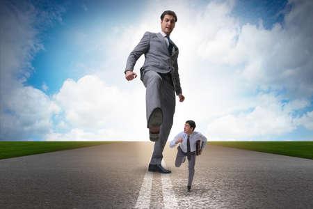 비즈니스 개념에서 직원을 걷어차 나쁜 화가 보스