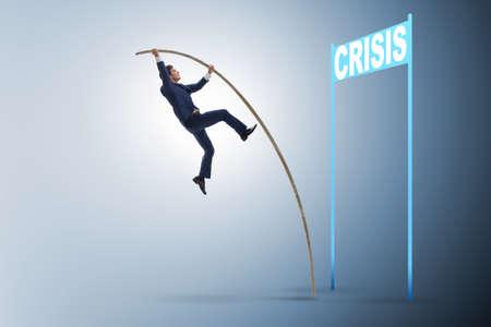 Biznesmen skoki o tyczce nad kryzysem w koncepcji biznesowej Zdjęcie Seryjne