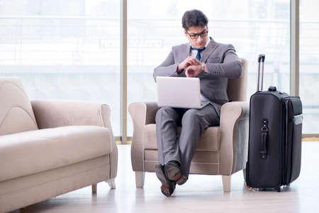 フライトを待っている空港ビジネスラウンジの若いビジネスマン