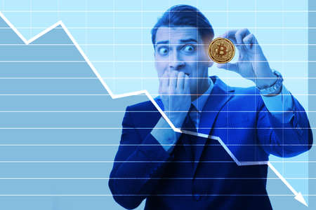 Uomo d'affari triste per il crollo dei prezzi dei bitcoin Archivio Fotografico - 93731680