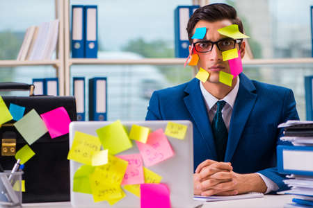 Zakenman met herinneringsnota's in multitasking concept