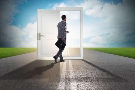 homme d & # 39 ; affaires devant la porte dans le concept des opportunités d & #