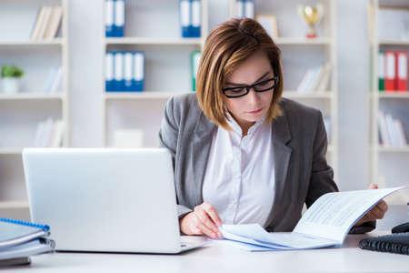 Geschäftsfrau , die im Büro arbeitet Standard-Bild - 94046672
