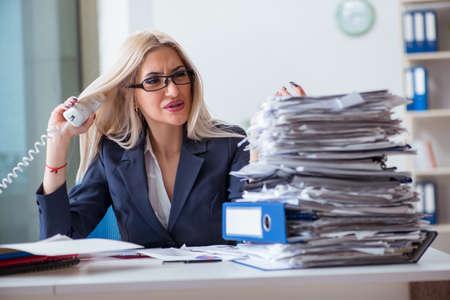 사무실에서 책상에서 일하는 바쁜 사업가 스톡 콘텐츠 - 94048586