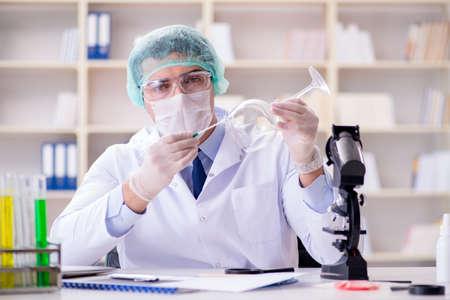 Chercheur médico-légal travaillant dans le laboratoire sur la criminalité de la criminalité Banque d'images - 94341798