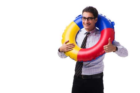 Hombre de negocios joven con la boya de vida aislada en el fondo blanco