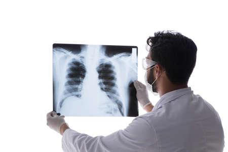 Młody lekarz patrząc na zdjęcia rentgenowskie na białym tle Zdjęcie Seryjne
