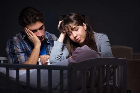 Jonge ouders slapeloze met pasgeboren baby 's nachts