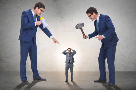 Mal jefe enojado acosando a empleado en concepto de negocio