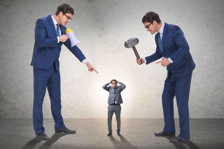 Zły zły szef nękanie pracownika w koncepcji biznesowej