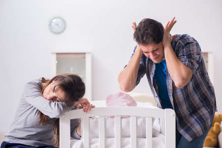 Young dad cannot stand baby crying Banque d'images