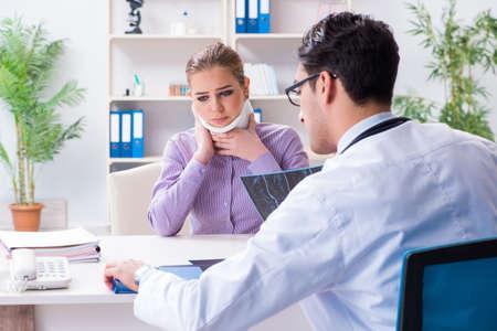 患者のX線画像を調べる医師