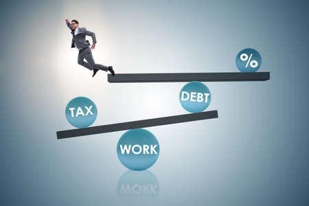 Zakenman in schuld en belasting bedrijfsconcept