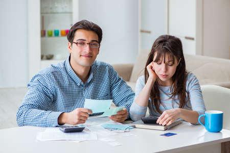 Par jovem, olhar, finanças familiares, papeis