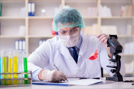 Enquêteur en criminalistique travaillant en laboratoire sur des preuves de crime Banque d'images - 94704205
