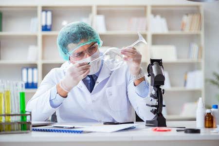 Chercheur médico-légal travaillant dans le laboratoire sur la criminalité de la criminalité Banque d'images - 95062018