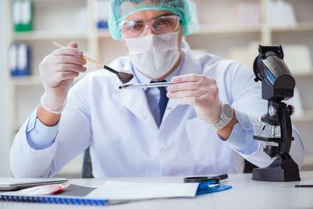 chercheur médico-légal travaillant dans le laboratoire sur la criminalité de la criminalité
