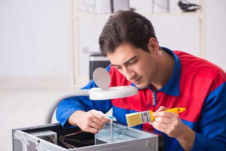 Professional repairman repairing computer in workshop Standard-Bild