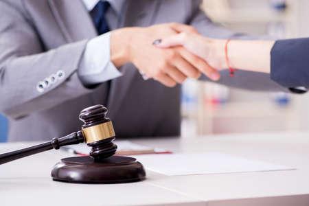 Prawnik omawiający sprawę sądową z klientem