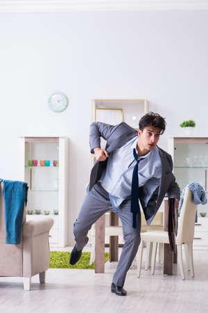 Geschäftsmann spät im Büro, da er nach der Arbeit über Nacht verschlafen hat Standard-Bild