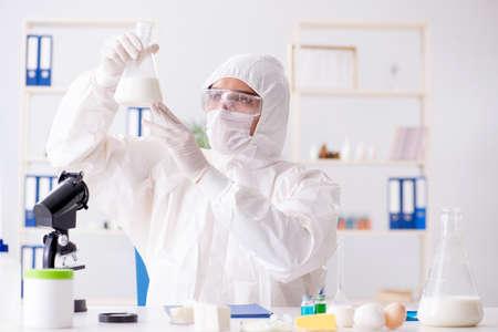 Naukowiec ds. żywności testujący nowe rzeczy w laboratorium