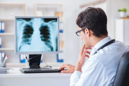 Arts radioloog x-ray beelden kijken Stockfoto - 97765400
