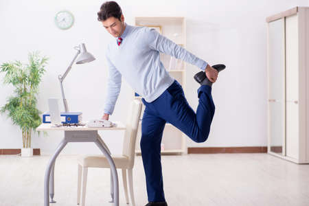 Mitarbeiter , der Stretching-Übungen im Büro tut Standard-Bild - 98108310