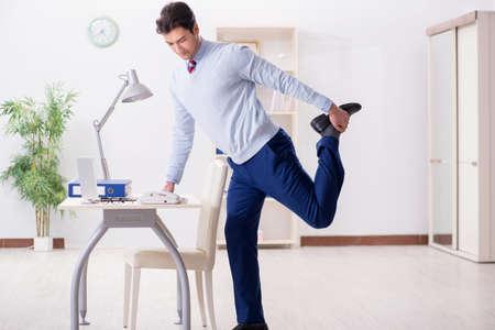 Mitarbeiter , der Stretching-Übungen im Büro tut Standard-Bild