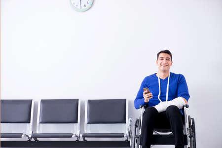 hombre desesperado esperando su cita en el hospital con rechazado