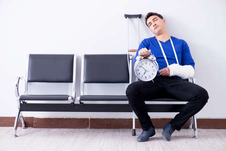 Desperate man waiting for his appointment in hospital with broke Stockfoto
