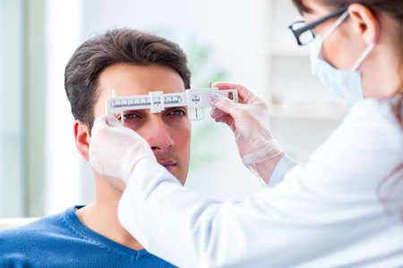 Ophthalmologist is checking up patient in eye doctor hospital Banque d'images
