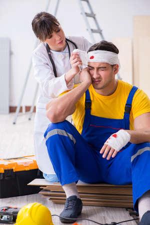 Travailleur avec tête blessée et médecin Banque d'images
