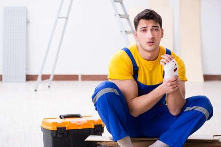 Trabajador con mano lesionada en el sitio de construcción Foto de archivo