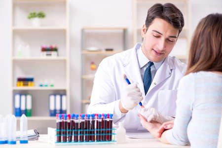 Paciente durante el procedimiento de muestreo de análisis de sangre tomado para análisis