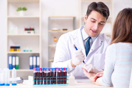 Patient au cours de la procédure d'échantillonnage de test sanguin prélevé pour analyse