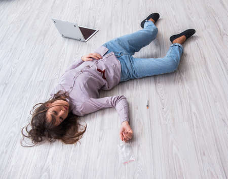 Dead woman on the floor after commiting suicide Banque d'images - 100486043