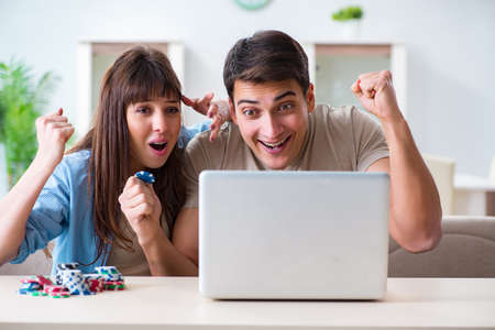 Couple wnning money in online casino Фото со стока