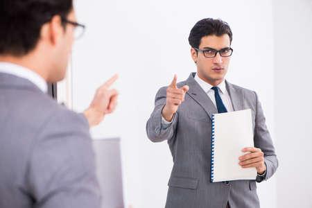 La planification d'un politicien parle devant un miroir