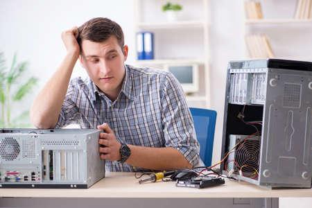 Jonge technicus die computer in workshop herstelt