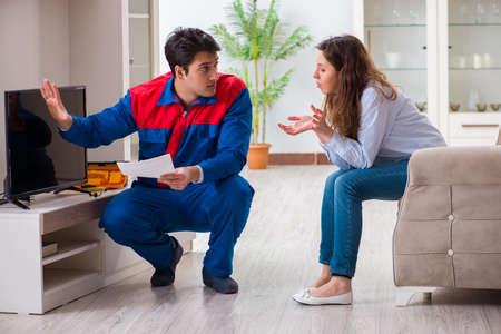 Handwerker, der Fernseher zu Hause repariert