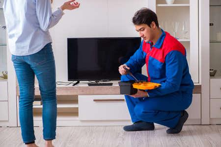 Reparador reparando tv en casa