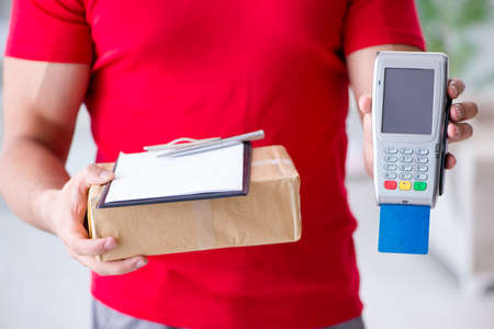 Parcel delivery being paid with pos and credit card Foto de archivo