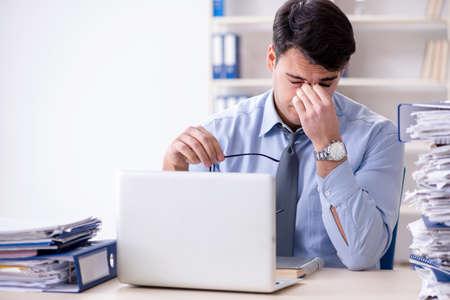 オフィスで働く非常に忙しいビジネスマン